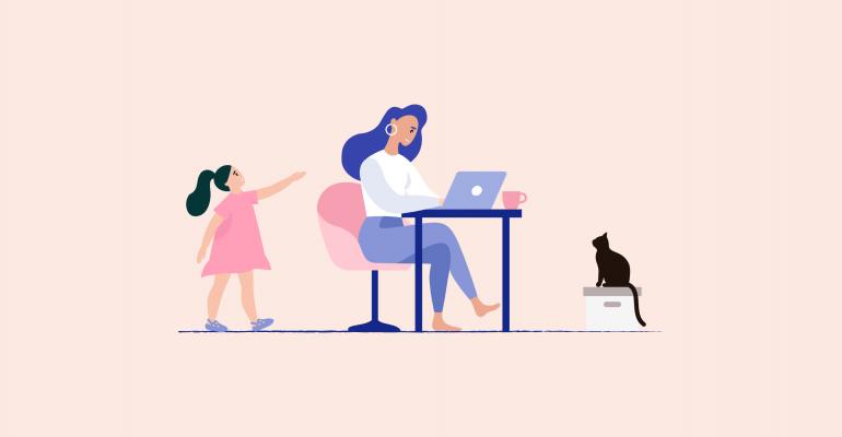 femme travaille à la maison avec sa fille et son chat